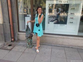 Небольшие фигурки людей вдоль проспекта Руставели в Тбилиси