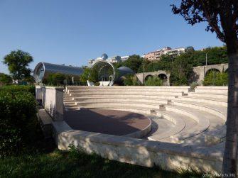 Небольшой амфитеатр на территории парка Рике в Тбилиси