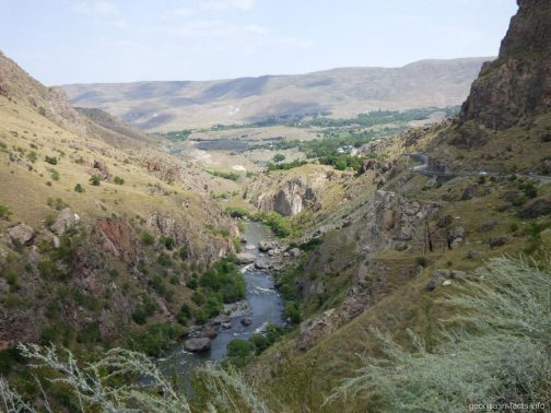 Небольшой каньон по дороге в Вардзию