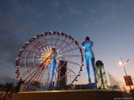 Нино и Али - динамическая скульптура в Батуми