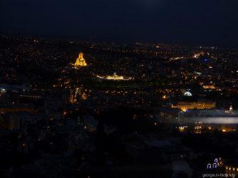 Ночной Тбилиси во время спуска на фуникулере
