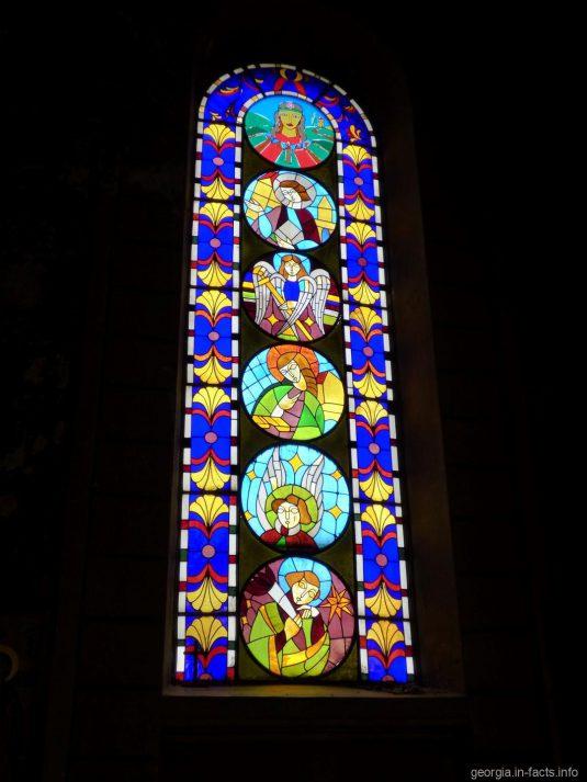 Окна в кафедральном соборе Пресвятой Богородицы