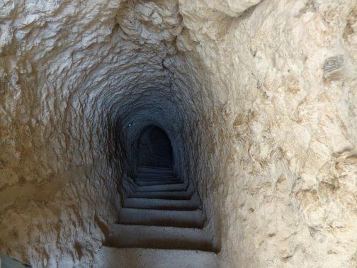 Опасные тоннели с крутыми лестницами на выходе из Вардзии