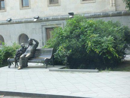 Оригинальный памяткик в виде скамейки в Кутаиси