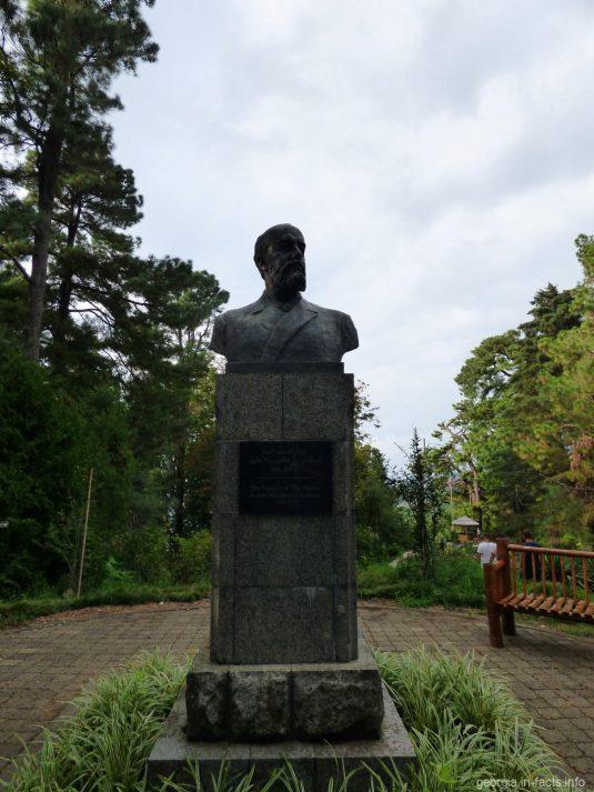 Памятник основателю батумского ботсада