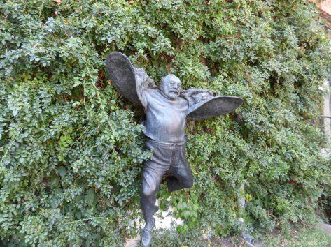 Памятник советскому кинорежисеру и сценаристу Параджанову в Тбилиси