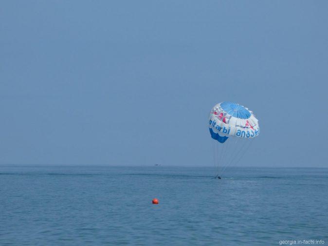 Парашют на воде около пляжей Батуми
