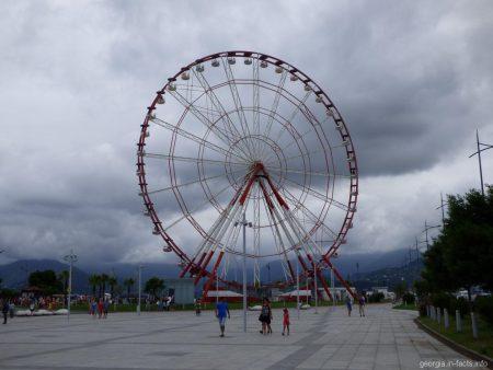 Парк чудес с колесом обозрения в Батуми