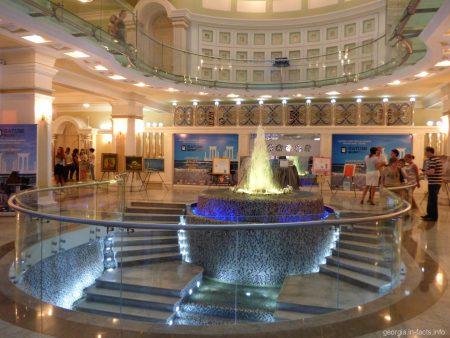 Первый этаж оперного театра в Батуми