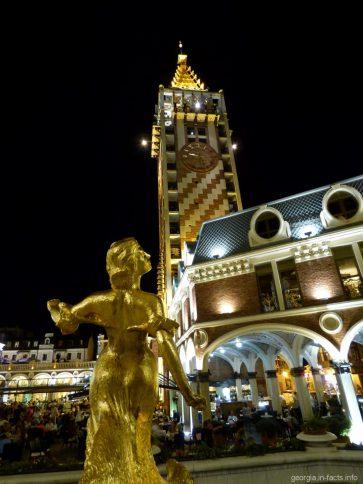 Площадь Пьяцца в Батуми вечером