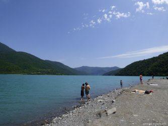 Пляж у Жинвальского водохранилища Грузии
