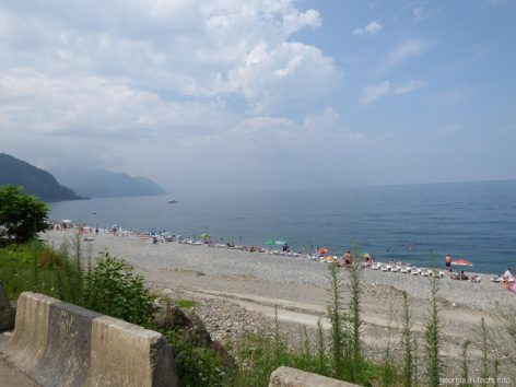 Пляж в поселке Сарпи