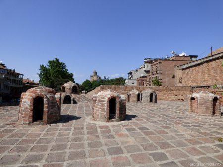 По крышам серных бань в Тбилиси