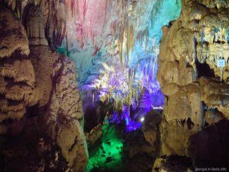 Подсветка в пещере Прометея на окраине города Цхалтубо