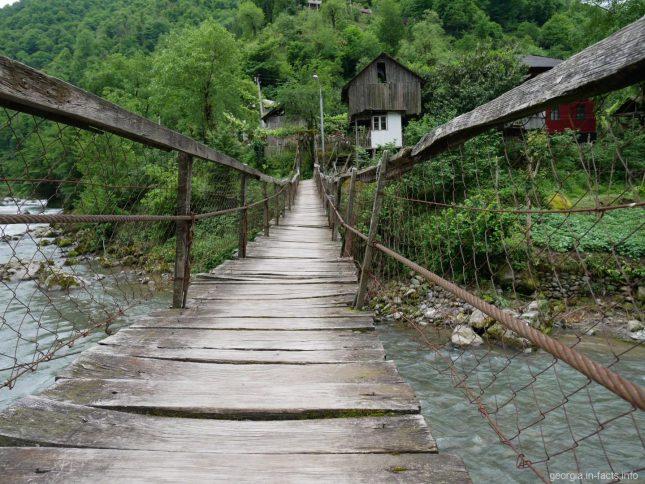 Подвесной мостик над рекой, Грузия