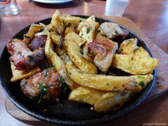 Порция оджахури в ресторане Тбилиси