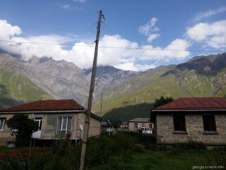 Поселок Казбеги на Военно Грузинской дороге