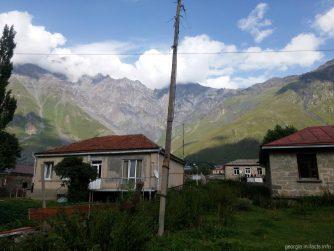 Поселок Казбеги рядом с Гергети
