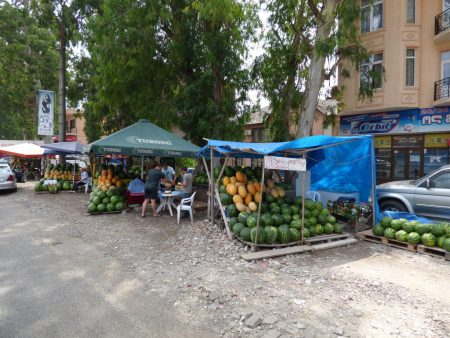 Придорожные фрукты в Грузии