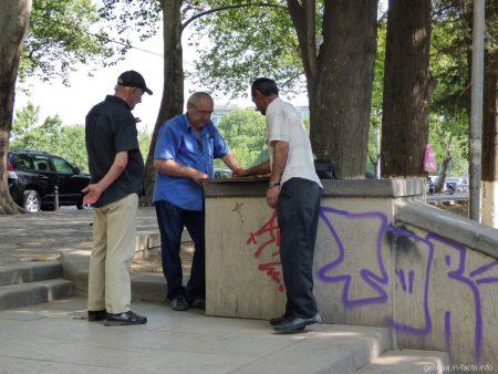 Продавцы из барахолки на сухом мосту в Тбилиси