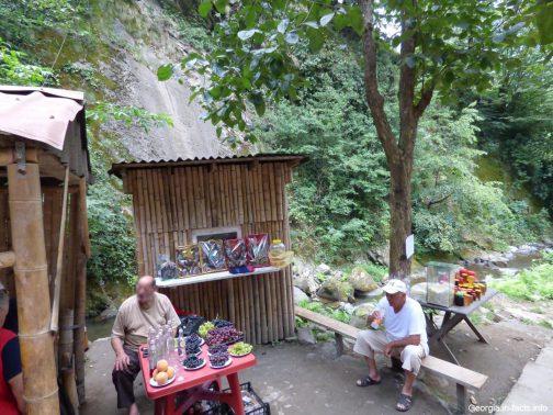 Продавцы сладостей у водопада Махунцети