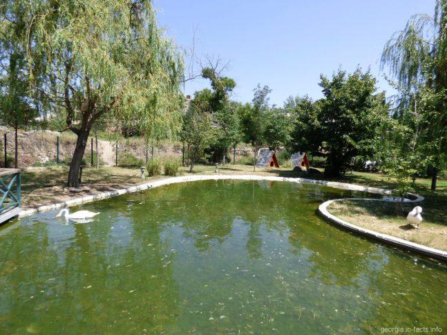 Птичник на территории Храма Самеба в Тбилиси