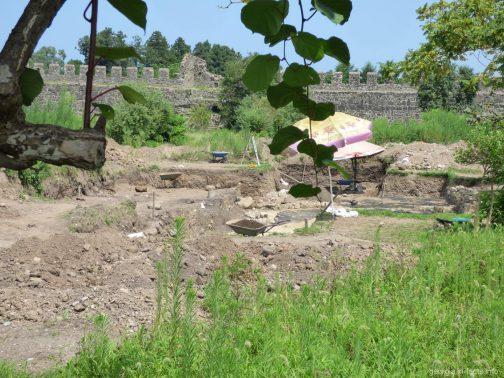Раскопки древних сооружений на территории крепости Гонио