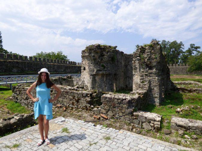 Руины древних бань на территории крепости Гонио