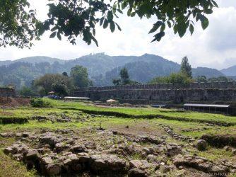 Руины древних фундаментов на территории крепости Гонио