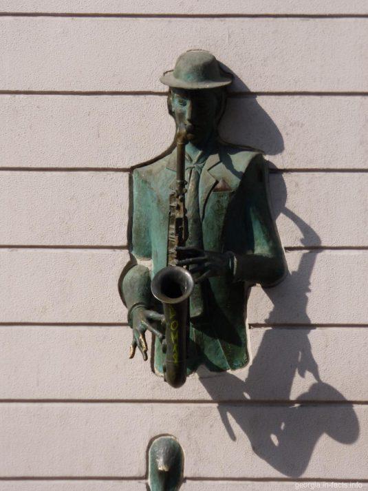 Саксофонист, выходящий из стены дома в Тбилиси