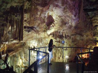 Самостоятельные туристы в пещере Прометея в Грузии