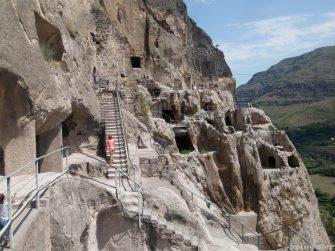 Скальные переходы и извилистые лесенки в Вардзии