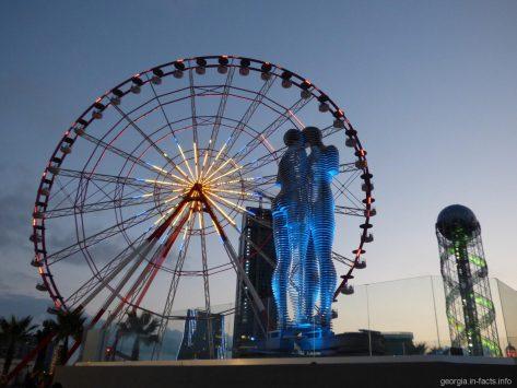 Скульптура Али и Нино вечером на набережной Батуми
