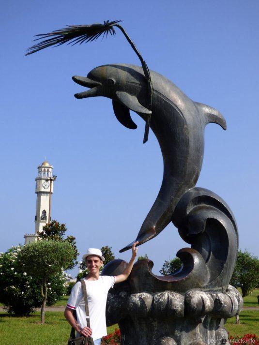 Скульптура Дельфин в парке Чудес Батуми