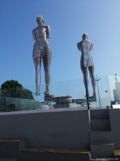 Скульптура Нино и Али днем в парке Батуми