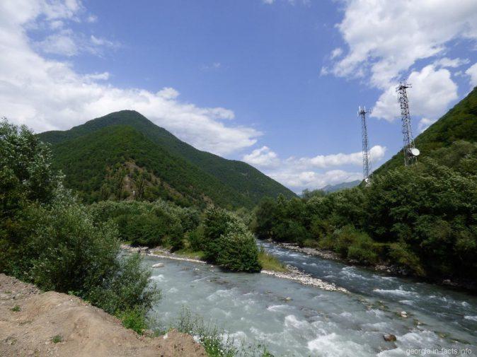 Слияние двух рек на Военно Грузинской дороге
