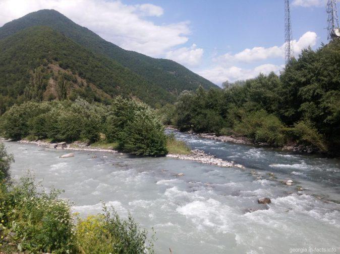 Слияние двух рек у Военно Грузинской дороги