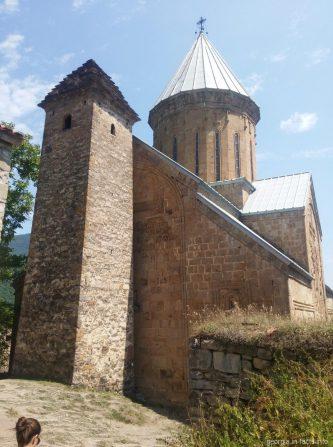 Старинная башня 13 века, с которой начиналась крепость