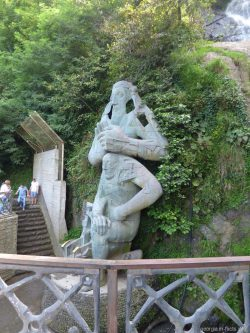 Статуя Святого Андрея Первозванного рядом с Водопадом