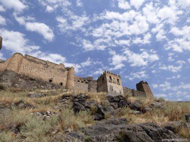 Стены крепости Хертвиси в Грузии