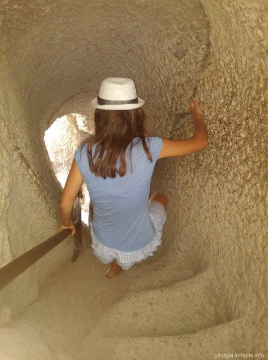 Стертая каменная лестница в Вардзии