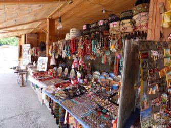 Сувенирные магазинчики у крепостных стен