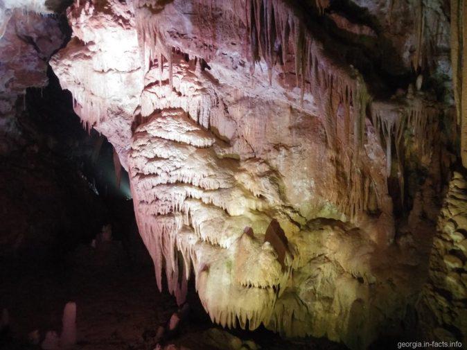 Сверкающие наплывы в пещере Прометея в Грузии