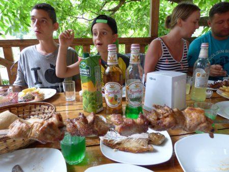 Свиной шашлык в кафе возле моста царицы Тамары в Аджарии