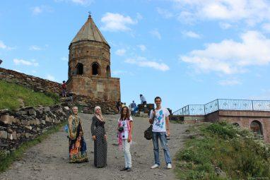 Церковь Гергети над поселком Степанцминда