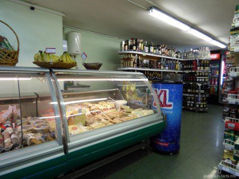Типичный продуктовый магазин в Тбилиси