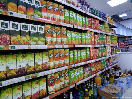 Типичный стеллаж с соками в одном из супермаркетов Грузии