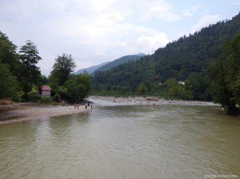 Туристы на реке Аджарисцхали в Грузии