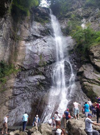 Туристы у водопада Махунцети