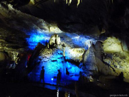 Туристы в пещере Прометея в Грузии